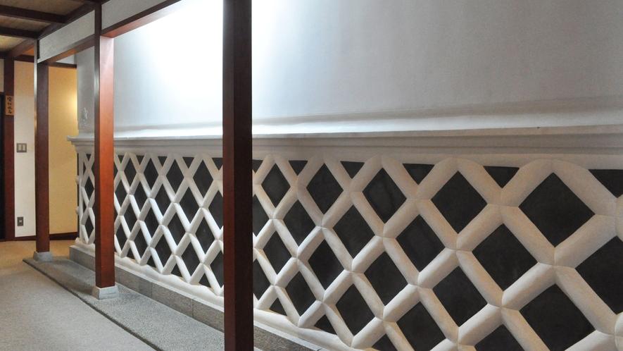 【館内】蔵のなまこ壁が使われている廊下。不思議と懐かしさを感じます。