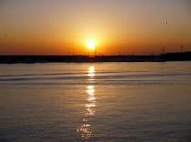 水面に夕日が映り絶景です!!