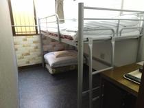 本館の「三人室」(2名利用)ロフトベッドタイプ
