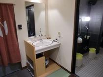 本館『ほていや』の浴室 脱衣場から見た洗い場