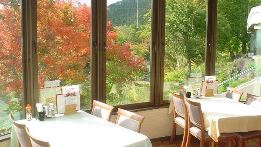 【レストラン】紅葉を眺めながらお食事をお楽しみ下さい。