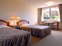 【ツインルーム】大きな窓からは景色が楽しめます。