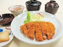 【夕食の一例】ビジネスプランの選べる夕定食:四元豚ロースカツ定食