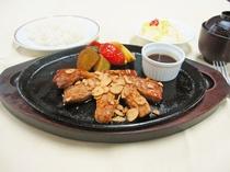 【夕食の一例】ビジネスプランの選べる夕定食:渓谷名物 トンテキ定食