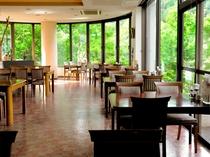 【レストラン】眼下に錦仙峡を望む「森のレストラン」
