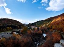 【秋の錦仙峡】紅葉に染まる山と渓谷のパノラマをお楽しみ下さい。