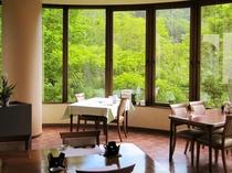 【レストラン】窓からは錦仙峡が一面に広がります。