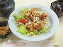 【夕食の一例】ビジネスプランの選べる夕定食:油淋鶏定食