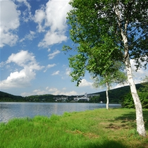 四季折々に美しい白樺湖を望む大型リゾートホテル。