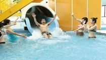 ウォータースライダー付きの室内温水プール