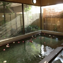【お風呂】温泉ではございませんが、広い湯船で手足を伸ばしてご入浴できますよ。
