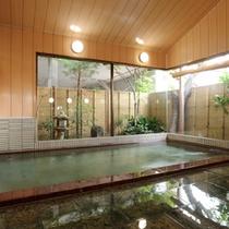 *【お風呂】大きな窓から庭園を眺められるお風呂。