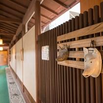 *【館内/外廊下】ロビーから客室へ続く外廊下には笠間焼が飾られています。