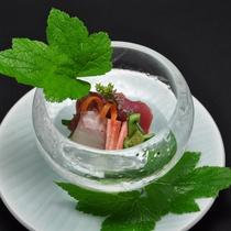 【夕食例】新鮮な海の幸をお楽しみ頂けます。「氷の器」は板長の手作りです。