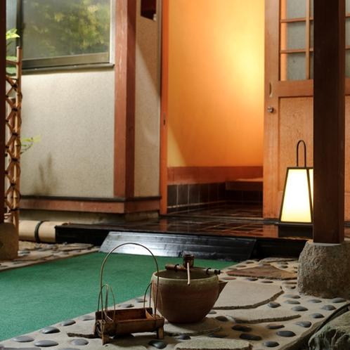 【お部屋の入り口】風情ある空間を風が通り抜けていきます。
