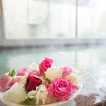 【大浴場】季節によってバラの品種や大きさが異なります。(一例)