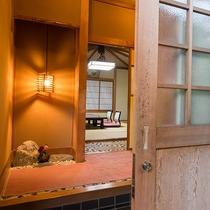 【和室/西陣】笠間焼きの素朴な調度品や温かい明かりに照らされる室内でごゆっくりとお寛ぎ下さい。