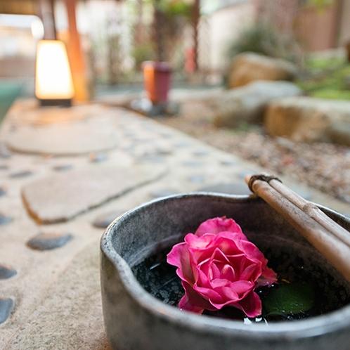 【館内/外廊下】地元笠間から毎日仕入れるバラが宿に彩りをつける。