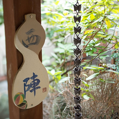 【和室/西陣】笠間焼の表札もお部屋ごとに違います。