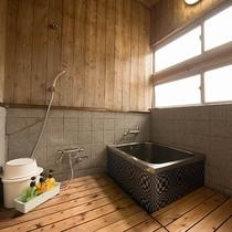 【和室/くるみ】お風呂には木が敷き詰められているため子供の入浴も安心です。