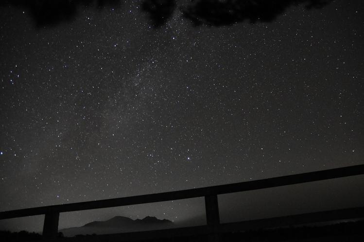 夜空を眺めて流れ星を数えてみませんか?