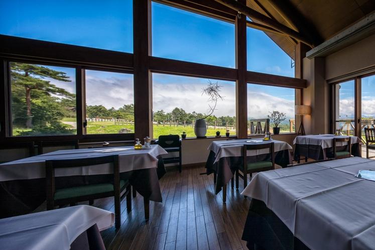 景色が大きく広がる開放的な新館レストラン