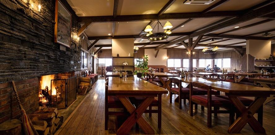 昔ながらの清泉寮が残るクラッシクな本館レストラン