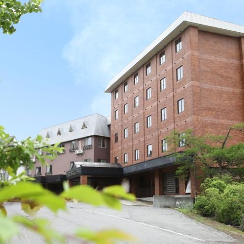 ■さわやかな夏の斑尾高原に佇むホテルです