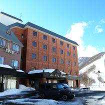 ■冬のホテル外観。茶色い建物を目指してお越しください!