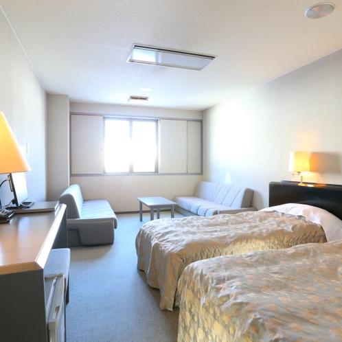■【本館・洋室ツイン20平米】のお部屋です。ソファでもお寛ぎください。