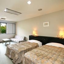 ■本館・洋室ツイン20平米のお部屋です。ソファでもお寛ぎください。