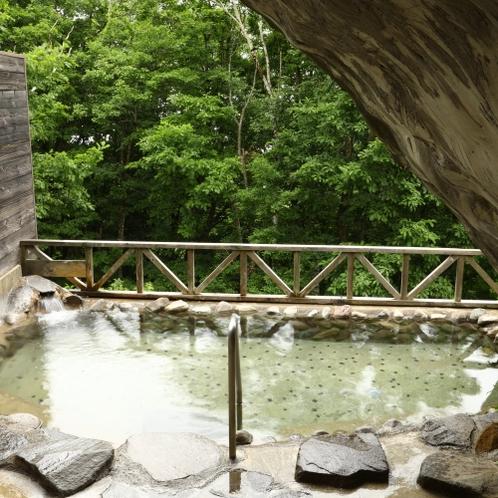 ■爽やかな季節の露天風呂。そよ風が心地いい。