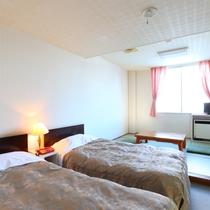 ■【本館・和洋室18平米(バス無し)】のお部屋です。畳でのんびりくつろげます。