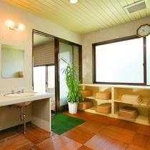 ■大浴場の脱衣場。気持ちよくご利用できるように清潔を心がけております。