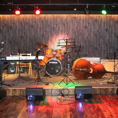 ■ライブステージ。楽器など一式ご用意しております。カラオケルームとしてもご利用できます。