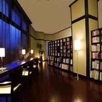2000冊の図書コーナー。渓流の瀬音をバックミュージックに様々な本が楽しめる。【大人限定】