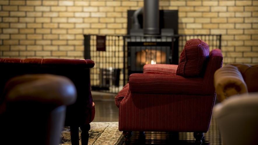 蔵書Lounge&Bar◆冬は暖炉に火がともります。
