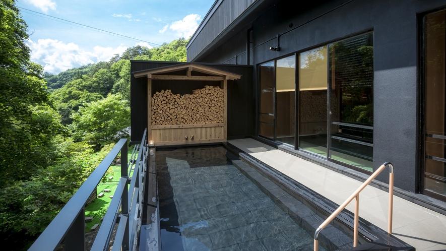 大浴場直結の露天風呂。四季折々の渓谷を眺めて。