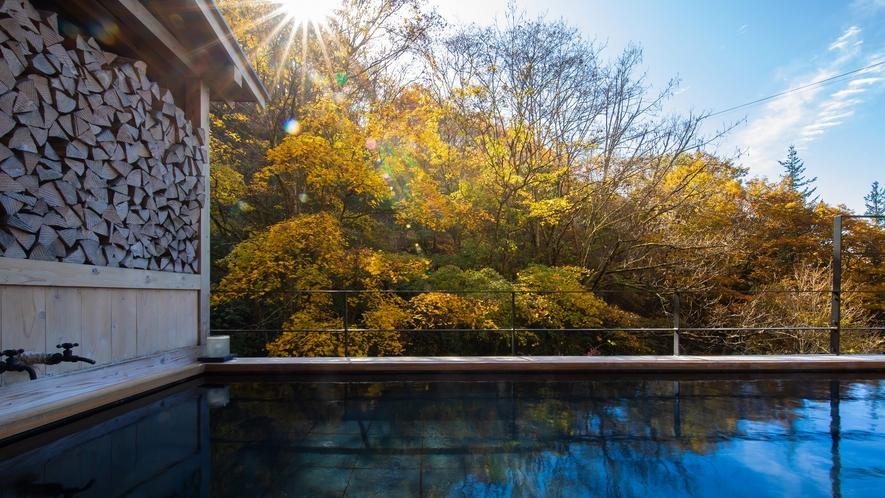 大浴場直結の露天風呂。渓谷の美しい紅葉が愉しめます。