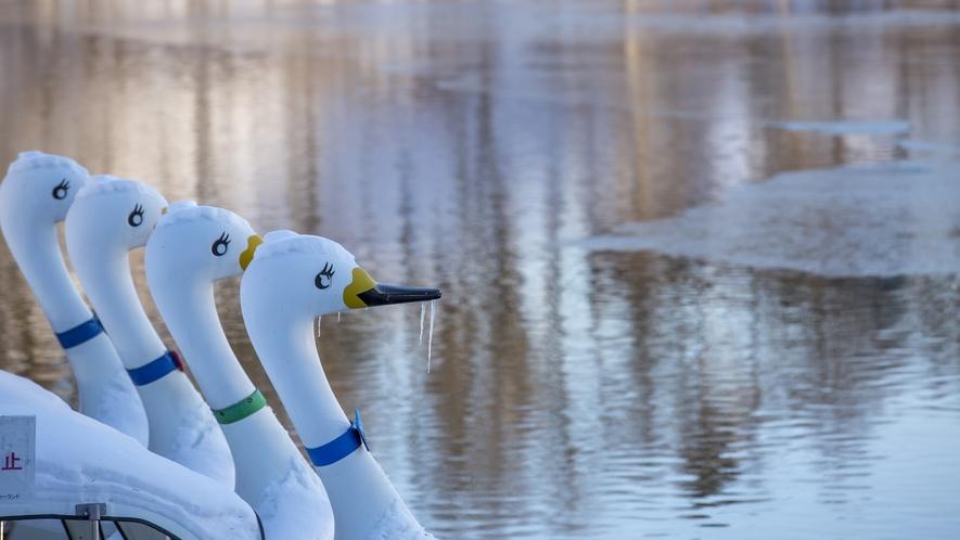 蓼科湖◆ボートなど行楽施設もあり、蓼科観光の中心地
