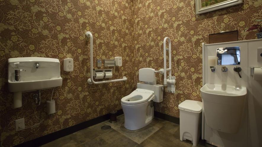 車いすをお使いの方、オストメイトにも対応の広い共有トイレを設置しております(ロビーフロア)