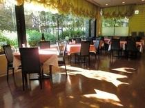 レストラン「クーポール」店内