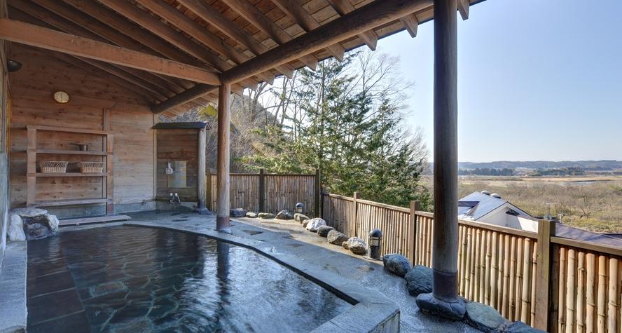 *展望露天風呂/ 那須連山、日光連山を背景に、眼下には清流那珂川と箒川の合流地点を見下ろします