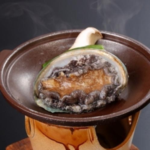 大人気料理『鮑の踊り焼き』。磯の香りとコリコリの食感をお楽しみください。