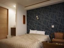 【モデレートダブル】モダンをイメージしたダブルベットのお部屋です。シモンズ製のベッドを使用しています