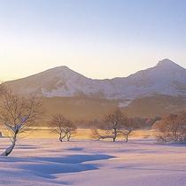 湖上が凍った桧原湖からの磐梯山
