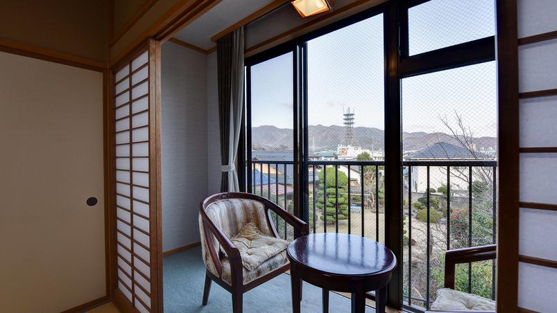 *[禁煙・和室8〜12畳一例]山々の移ろいを間近に望める純和風の客室です