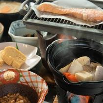 *[朝食一例]火にかけたあつあつの煮物を召し上がれ