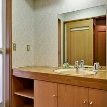 *[禁煙・和室8~12畳一例]広々とした洗面台が女性に好評です