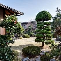 *[庭園]当館自慢のお庭です。四季折々のお花などをお楽しみいただけます